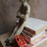Jeune homme à la clope, 85€. Dimensions  (H × L × l): 25 x 20 x 18 cm (avec livre et valise)